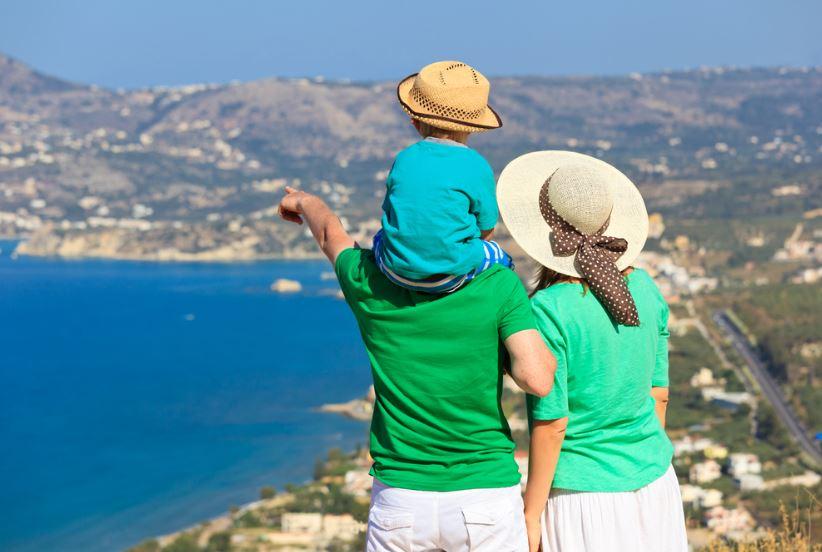 Rodina s dítětem na dovolené u moře