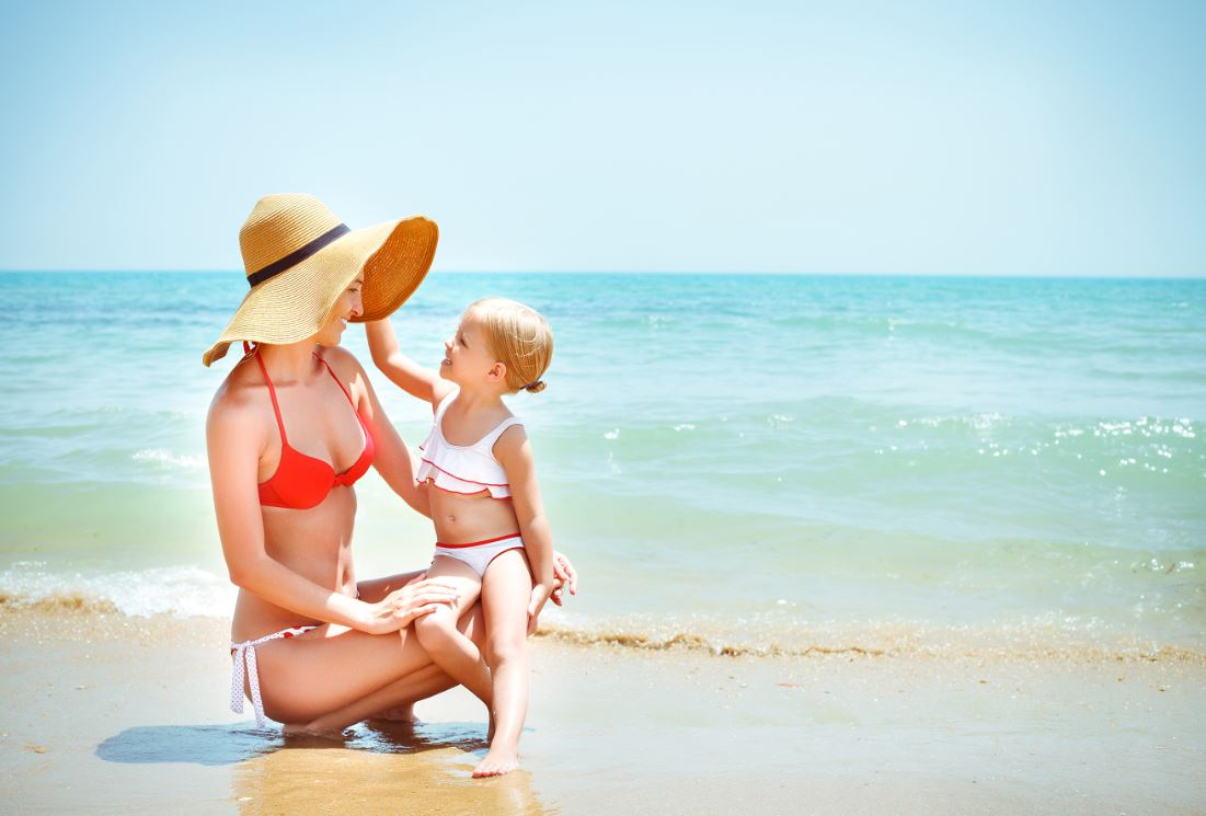 Máma s dítětem u moře